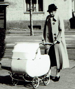 Mutter mit Kinderwagen 1938
